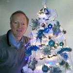 Roland_am_Weihnachtsbaum_n